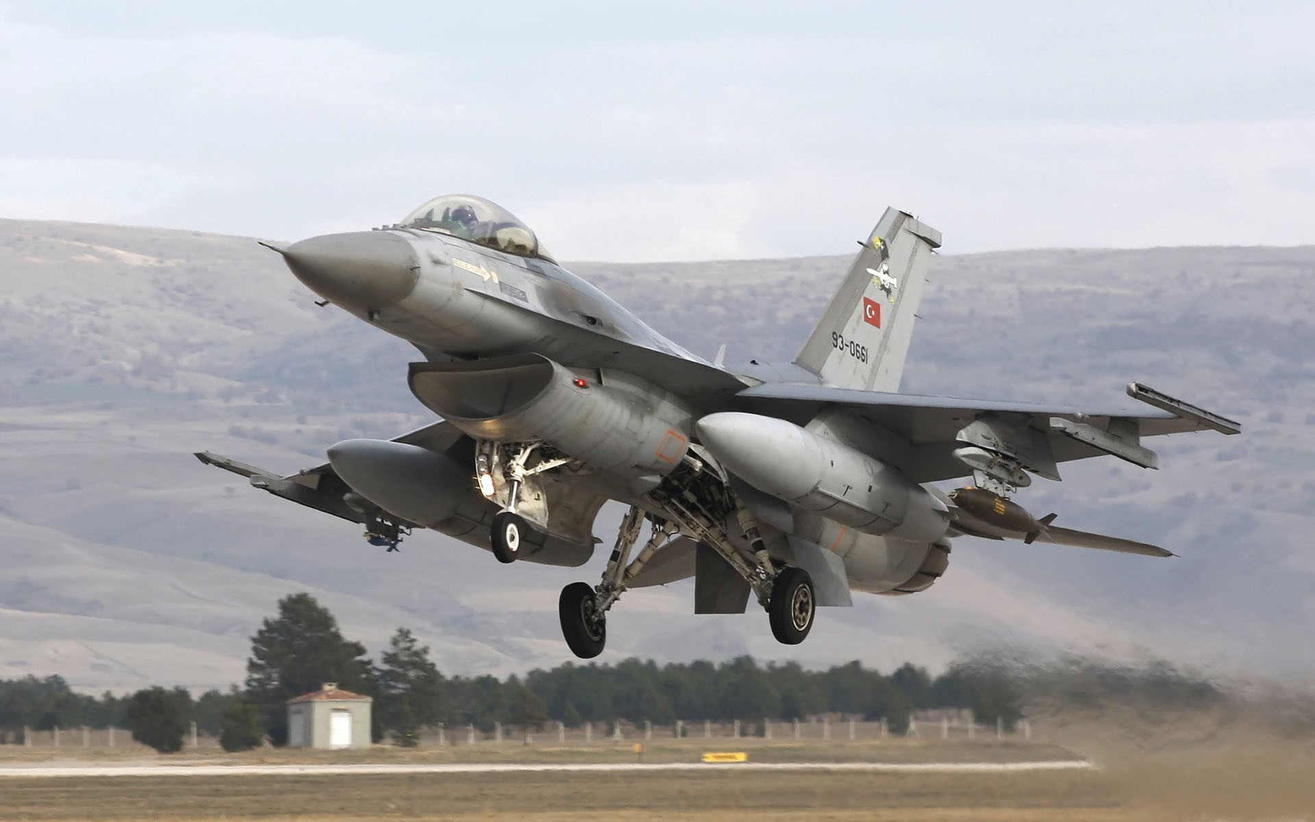 An F-16 Fighting Falcon taking off from a Turkish runway  HD