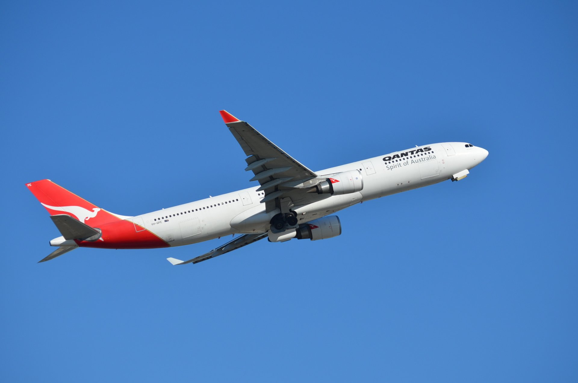 VH-QPE Airbus A330-303 Qantas Airways Over Sydney Airport ...