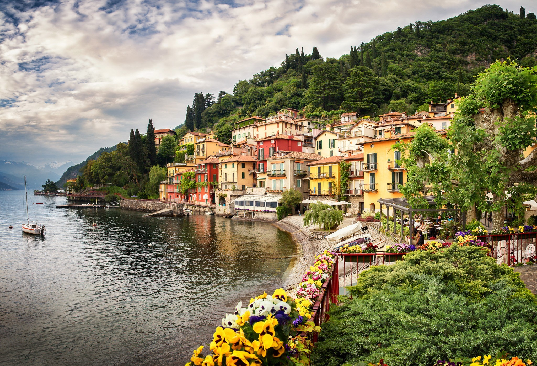 lake como chat Located in the heart of the lake como region, the iconic grand hotel tremezzo is an authentic art nouveau palace offering a host of delights.