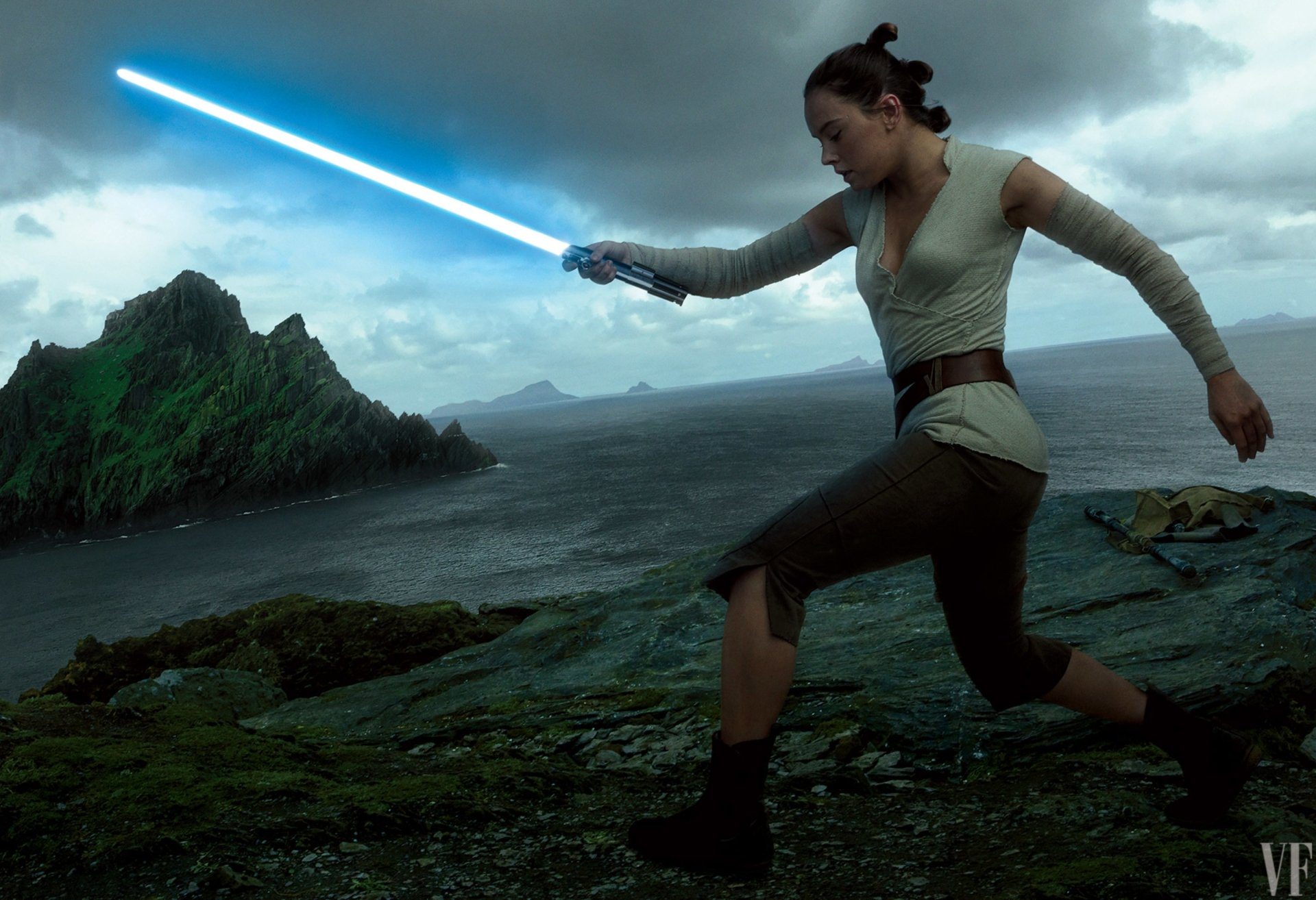 Movie - Star Wars: The Last Jedi  Rey (Star Wars) Daisy Ridley Lightsaber Star Wars Wallpaper